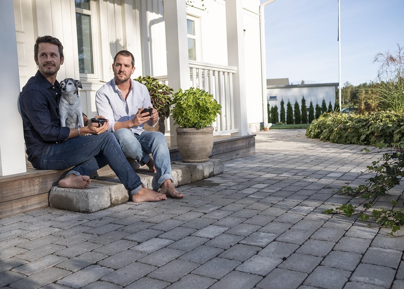 Emil och Henrik framför sitt Huspartner hus