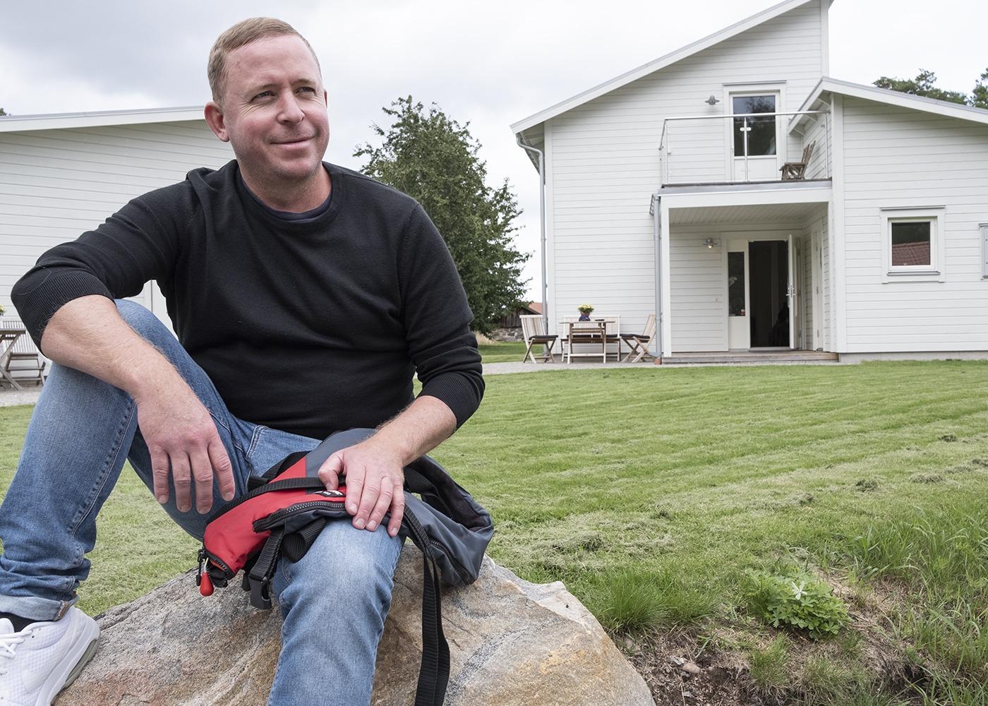 Tony Gustavsson framför sitt Huspartner hus