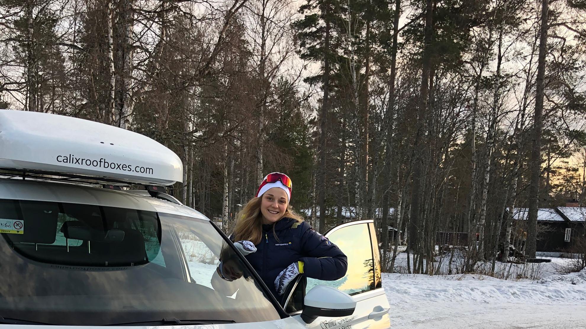 Stina Nilsson framför bil