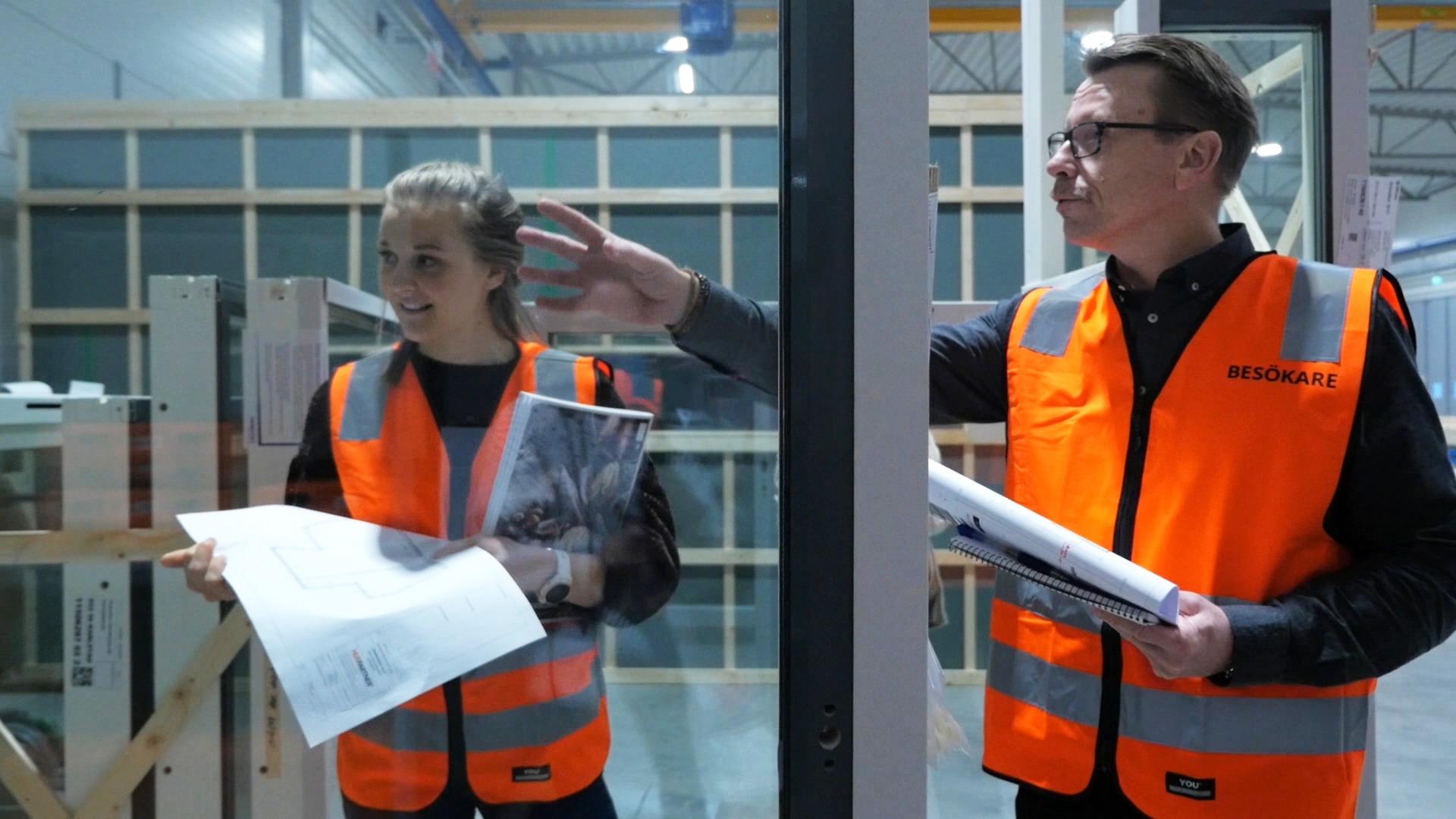 Stina Nilsson inspekterar nya fönster