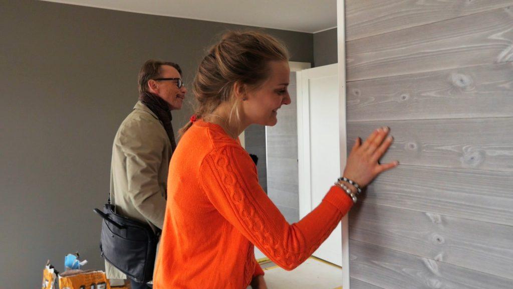Stina Nilsson inspekterar färgval